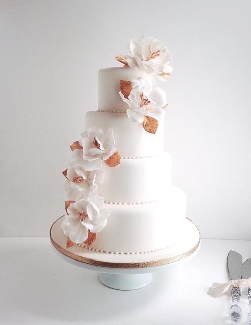 ホワイトとゴールドのケーキ